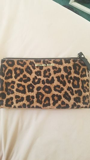 MICHAEL KORS LEOPARD WRISTLET/CLUTCH for Sale in Baltimore, MD