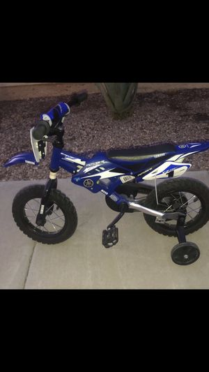 Yamaha motobike with blue helmet for Sale in Avondale, AZ