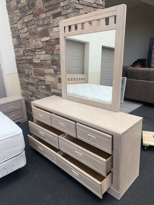 KING SIZE BEDROOM - 6 pieces in good conditions- Delivery and Bed assembly are negotiable