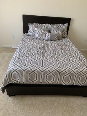 Queen bed frame with pillow top mattress for Sale in Woodbridge Township, NJ