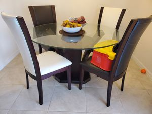 Round glass dinning table with 4 chairs for Sale in Orlando, FL