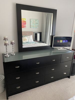 Full Bedroom Set (Dresser and mirror, bed, 2 side tables) for Sale in St. Louis, MO