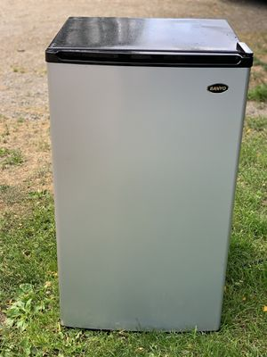 Sanyo 4.4 cu ft Counter-High Mini Refrigerator for Sale in Vashon, WA