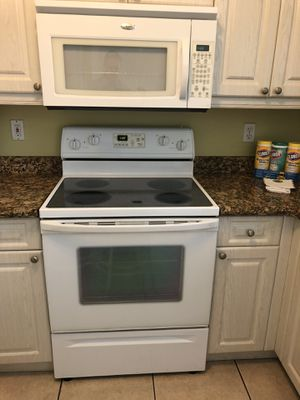 Whirlpool Appliance Set Like New Refrigerator, Stove, and Microwave for Sale in Margate, FL