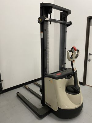 Crown ST3000 Pallet Stacker (fully motorized) for Sale in San Diego, CA