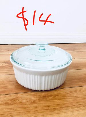 Like new CorningWare French white 2.5-qt round stoneware casserole with lid baking family party for Sale in El Monte, CA