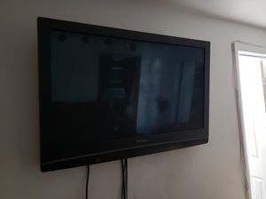 TV and Mounting Bracket for Sale in UPPR MARLBORO, MD
