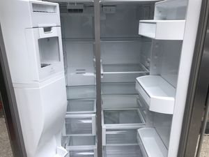 Whirlpool side by side stainless steel refrigerator with water and ice maker for Sale in Federal Way, WA
