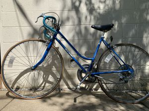 Schwinn Chicago Road Bicycle Bike (Needs New Tires) for Sale in Woodstock, GA