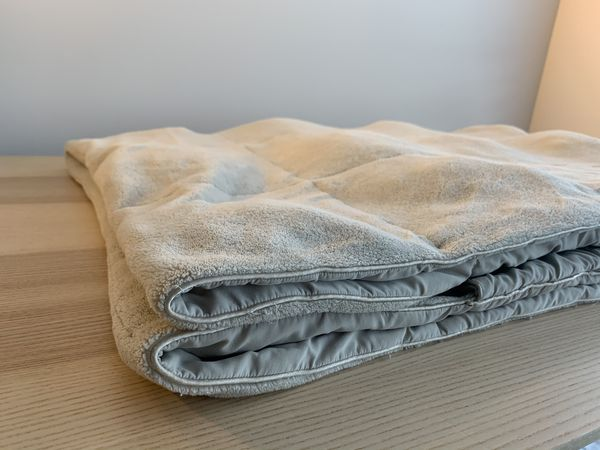 Blanket with foot pocket