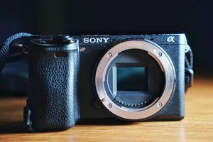 Sony a6300 body w/16-50mm kit lens for Sale in Anaheim, CA