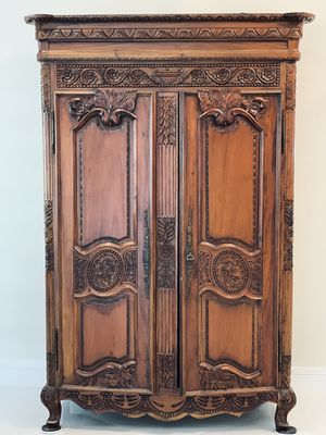 Beautiful antique armoire with key - mahogany wood. for Sale in Pembroke Pines, FL