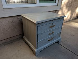 Adorable end table for Sale in Oxnard, CA