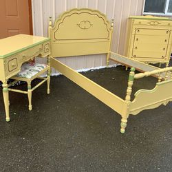 Very Nice Refinished Mid-Century Bedroom Set - Delivery Available for Sale in Tacoma,  WA