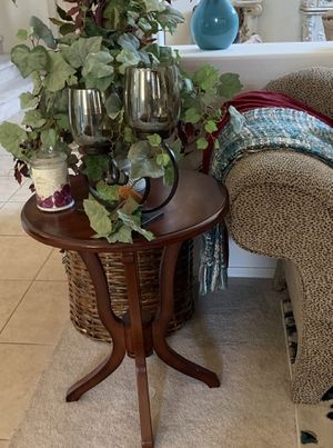 Side table & decor for Sale in Surprise, AZ