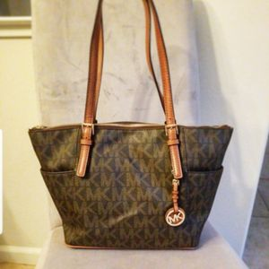 Like New MICHAEL KORS LEATHER HANDBAG PURSE **pick up LOCATION In Mountain House By Tracy for Sale in Byron, CA