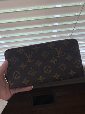 Louis Vuitton zippy wallet for Sale in Bristol, PA