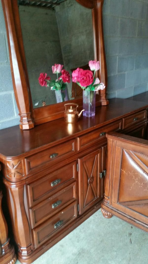 QUALITY SET BEAUTIFUL BIG DRESSER, BIG MIRROR TWO NIGHSTAND AND KING SIZE BED