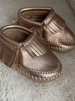 Minnetonka Rose Gold Mini-Tonka Infant Size NB-3 Months Alex Soft Sole Leather Moccasins for Sale in Lawrence,  MA