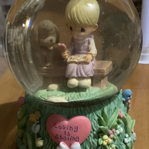 "2000 PRECIOUS MOMENTS -""LOVING IS SHARING "" MUSICAL WATER GLOBE for Sale in Pompano Beach, FL"