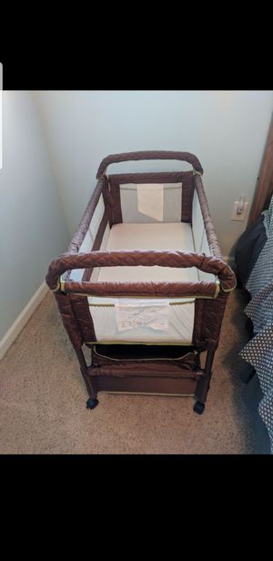 Clearvue bassinet co sleeper for Sale in Auburn, WA