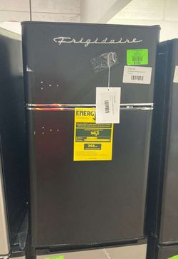 Frigidaire Mini Fridge 3.2 Cu. Efr840-blackc B99 for Sale in Irving,  TX