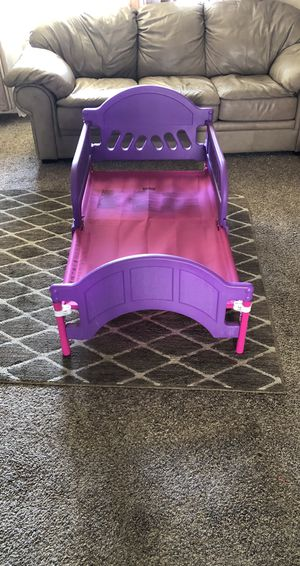 Toddler bed Elsa and Anna bed missing stickers good condition for Sale in Pasco, WA