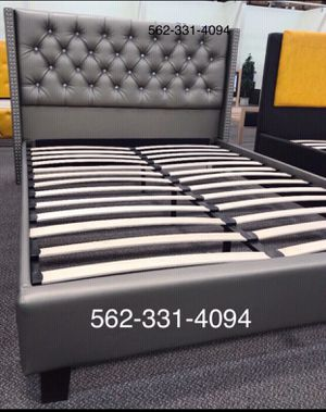 Queen gray tufted bed whit mattress included for Sale in Modesto, CA