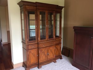 Dining room table and hutch for Sale in Auburn, WA