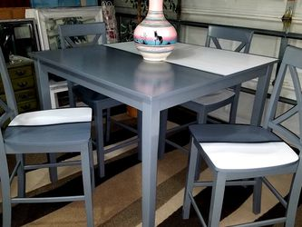 UNIQUE TABLE AND CHAIRS for Sale in Las Vegas,  NV