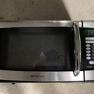 Emerson 900 Watt Microwave for Sale in Oakland, CA