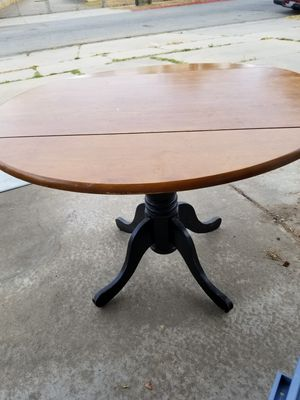 Round drop side wooden kitchen table for Sale in Salinas, CA