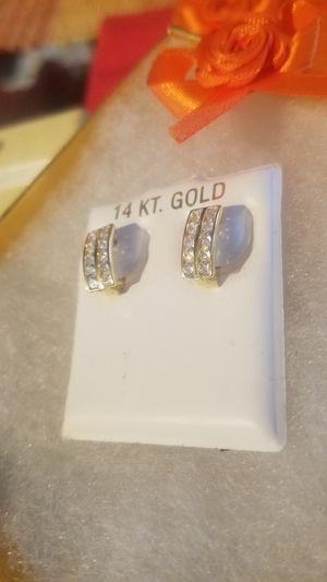 Bellos Aretes de oro con piedritas deamantadas oro de 14k ( Real gold 14k) for Sale in Manassas, VA