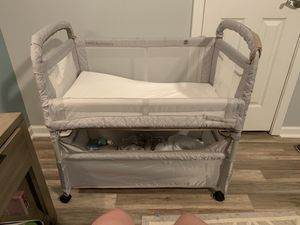 Arms reach baby co sleeper and bassinet for Sale in Acworth, GA