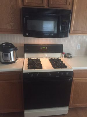 GE range and over counter GE microwave for Sale in Austin, TX
