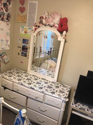 white vanity/dresser ( FREE) NEED IT GONE ASAP for Sale in Palo Alto, CA