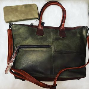 Woman old green handbag or tore bag. Size medium. Set 2 pieces. Wallet and bag. Strapp adjustable for Sale in Glendale, CA