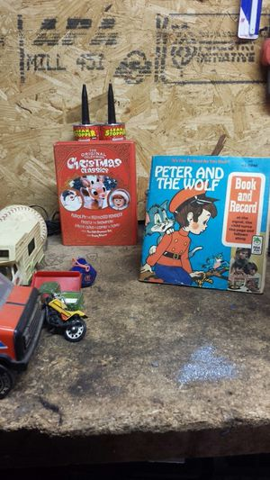 Vintage toys books tin cans vintage toys toy cars collectible baseball Tinker Toys 45 record for Sale in Columbus, OH