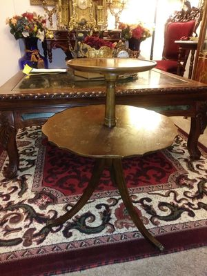 """Vintage small 2 tiered clawfoot accent table 27"""" for Sale in Northglenn, CO"""
