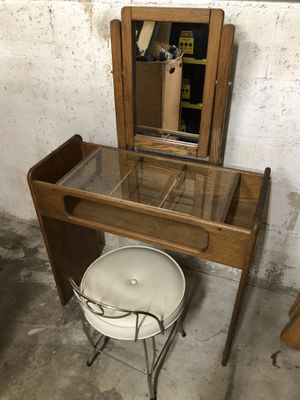 Small Solid Wood Kids Make Up Vanity for Sale in Oakland Park, FL