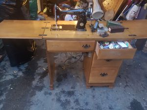 Antique Deluxe sewing machine for Sale in Columbus, OH