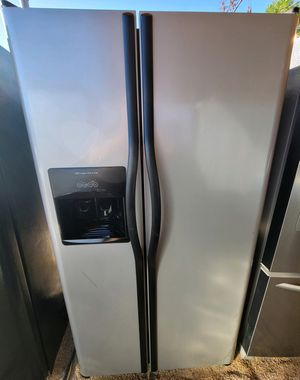 """FRIGIDAIRE"" GRAY FRIDGE 2 DOORS SIDE BY SIDE WITH WATER AND ICE DISPENSER for Sale in Phoenix, AZ"