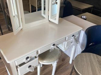 White Vanity With Stool for Sale in Fresno,  CA