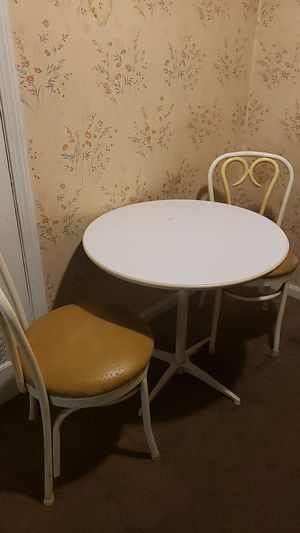 Small table and 2 chairs for Sale in Cleveland, OH