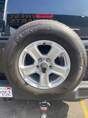 5 stock Jeep Wrangler tires and wheels for Sale in Los Angeles, CA