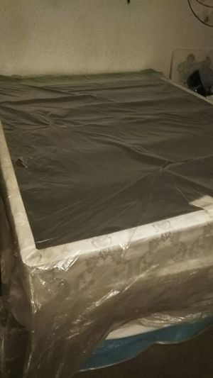 Box Spring & Mattress (Queen) for Sale in Fresno, CA