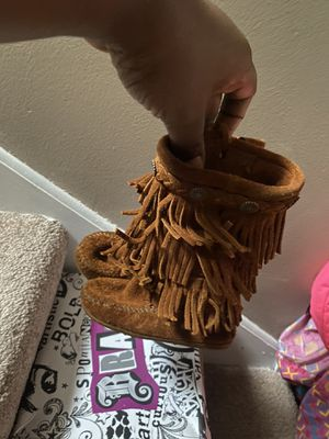 Size 7 toddler girls Minnetonka boots for Sale in Minneapolis, MN