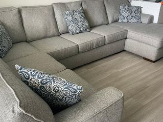 Beautiful Sectional Sleeper MOVING SPECIAL for Sale in Hialeah,  FL