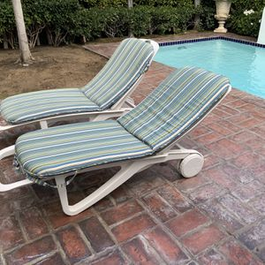 Chaises Lounge Pool Chairs With Cushions Sturdy Chairs With Two Wheels for Sale in Los Angeles, CA