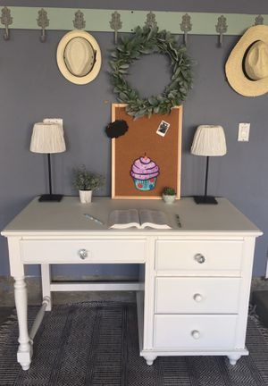 🌸WHITE DESK🌸CHAIR AND LAMPS INCLUDED🌸 for Sale in Chula Vista, CA